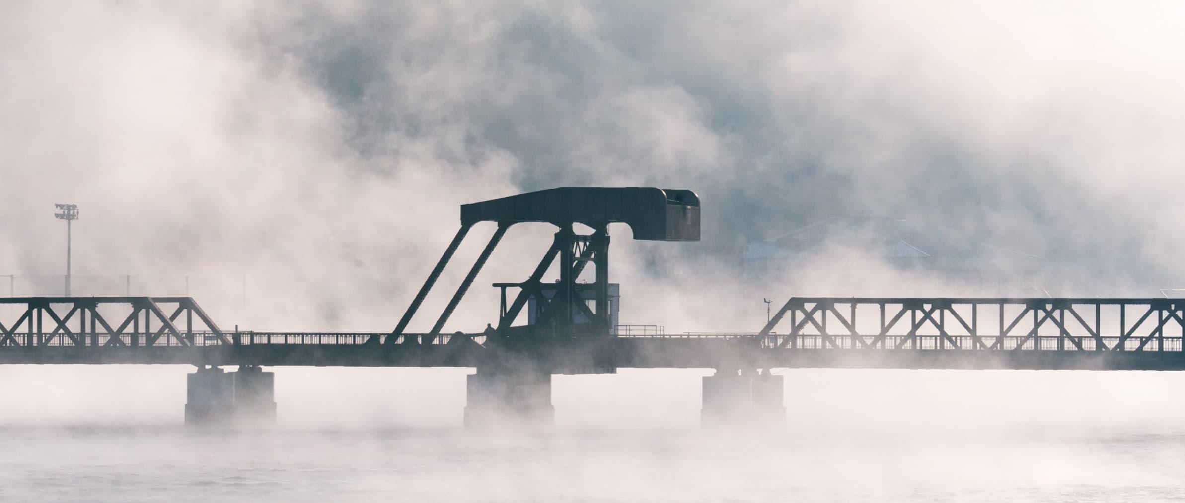 大洲盆地の朝霧が流れる肱川あらし